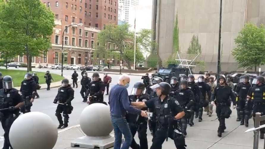 فيدو دفع متظاهر في نيويورك يلقى ردود فعل