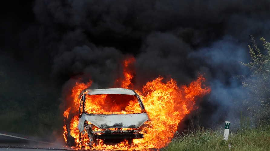 أشعلت الشرطة الإيرانية النار في سيارة تضم لاجئين أفغان (الصورة ارشيفية)