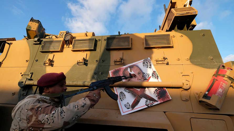 """عنصر من قوات """"الجيش الوطني الليبي"""" الموالية لخليفة حفتر في اشتباكات مع القوات الموالية لحكومة الوفاق"""