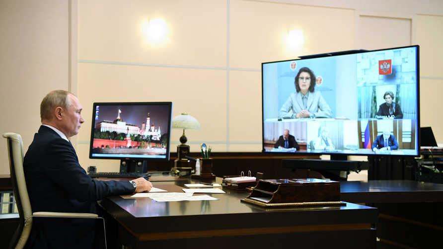 بوتين خلال اجتماع عبر دائرة تلفزيونية مغلقة في مقر اقامته خارج موسكو للتحضير للاستفتاء