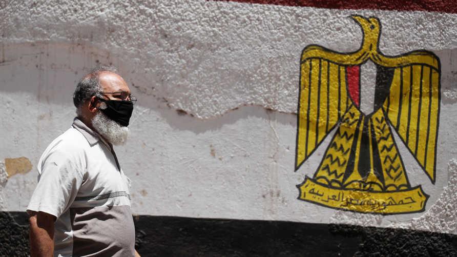 فرضت الحكومة المصرية غرامة مالية قدرها 252 دولار على من يخالف قرار ارتداء الكمامة