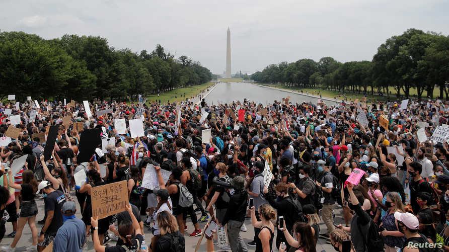 متظاهرون قرب نصب لينكولن التذكاري - 6 يونيو 2020