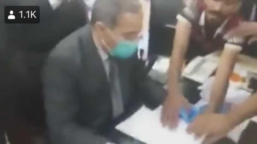 أثناء إجبار مدير صحة ذي قار على الاستقالة