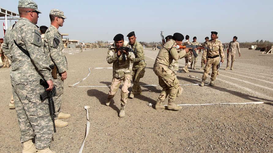 تدريبات يجريها عناصر من الجيش العراقي بإشراف مدربين أميركيين في قاعدة التاجي العارقية