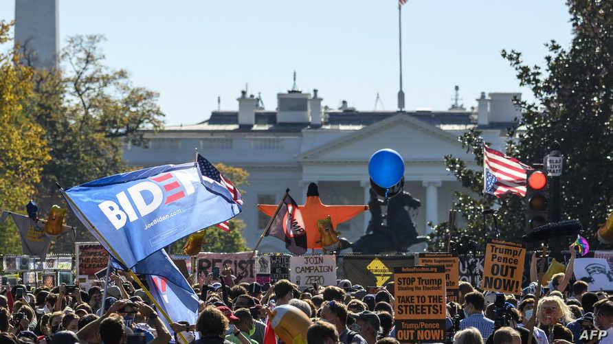 حشود كبيرة تجمعت أمام البيت الأبيض في واشنطن احتفالا بفوز بايدن