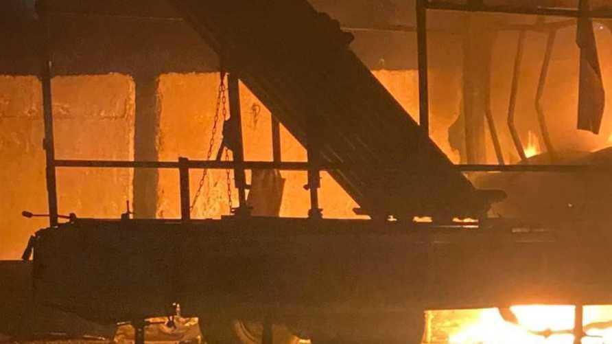 منصة لإطلاق الصواريخ عثر عليها والنيران مشتعلة فيها في بغداد.. بحسب ناشطين عراقيين