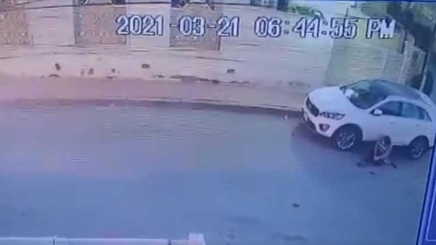 الفيديو أظهر قيام شخص مجهول بإطلاق النار على الضابط ليسقط أرضا