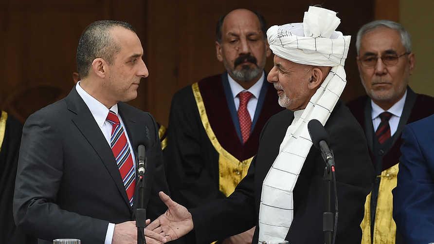 """أنباء عن مغادرة الرئيس الأفغاني (بالعمامة البيضاء) إلى خارج البلاد فيما قال نائبه (بالبدلة والرباط الاحمر) إنه """"لن يستسلم"""""""