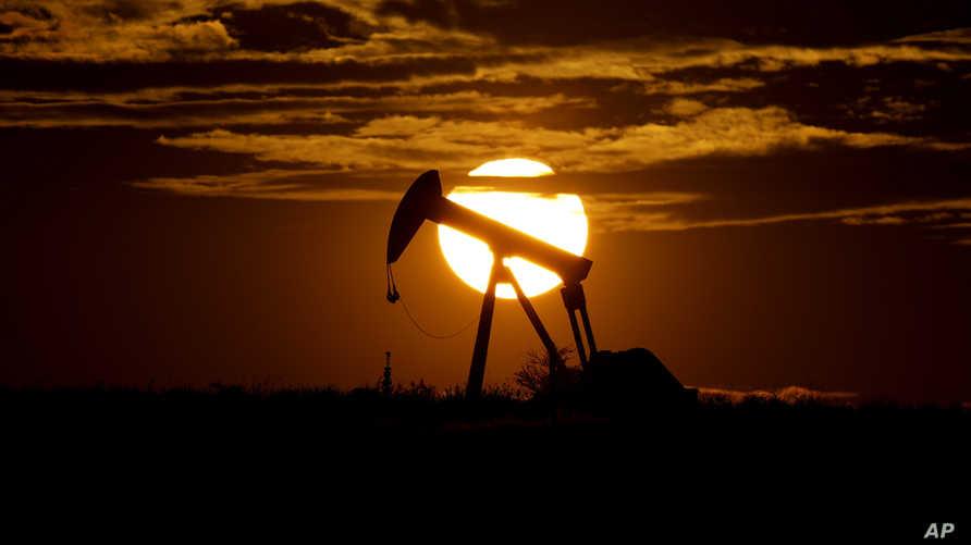 خلاف بين الإمارات والسعودية حول تمديد استراتيجية خفض انتاج النفط الحالية