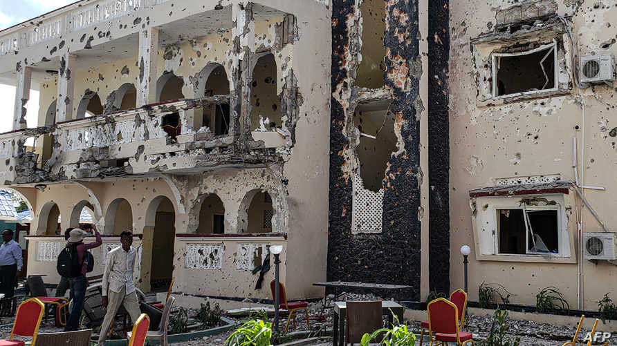 فندق مدينة في مدينة كيسمايو الساحلية جنوب الصومال يظهر فيه الدمار جراء هجوم لحركة الشباب في تموز 2019