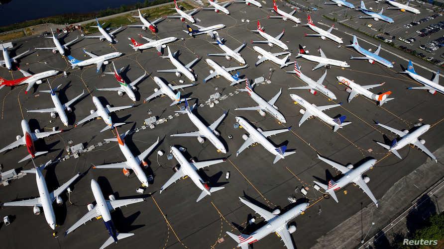 عشرات من بوينغ 737 ماكس رابضة في مطار شركة بوينغ في ولاية واشنطن سياتل
