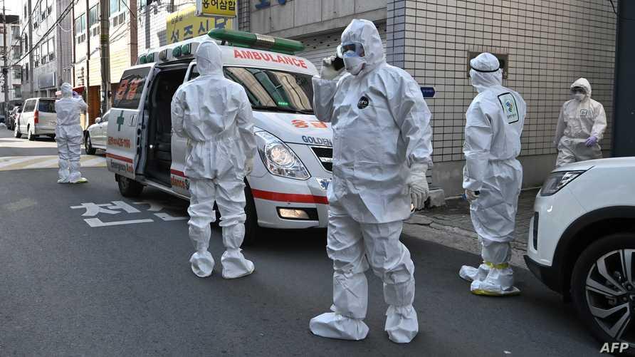 عاملون صحيون في كوريا الجنوبية يجمعون عينات من سكان يشتبه بإصابتهم بفيروس كورونا