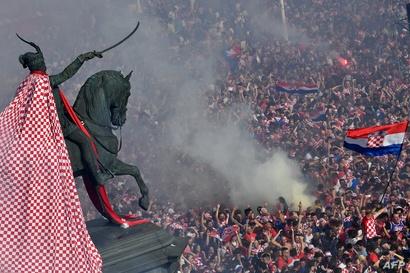 المئات احتشدوا وسط زغرب لتشجيع منتخب كرواتيا في كأس العالم