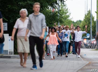مواطنون يغادورن موقع إطلاق النار في ميونيخ