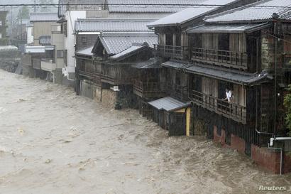 العديد من المنازل ابتلعتها المياه التي غمرت الشوارع