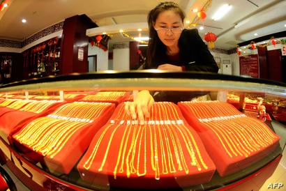 قلادات ذهبية للبيع في متجر صيني للمجوهرات