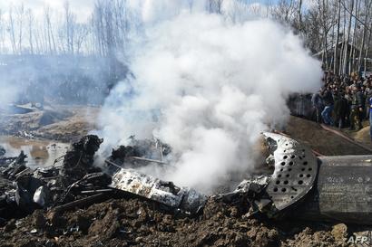 دخان يتصاعد بعد إسقاط طائرة عسكرية هندية في كشمير