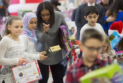 السيدة الأولى ميشيل أوباما تساعد في توزيع الألعاب المتبرع بها في إحدى حملاتها في واشنطن