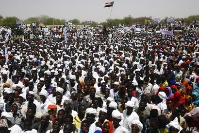 تجمع لمواطنين سودانيين لحضور خطاب الرئيس السوداني عمر البشير في الخامس من نيسار/أبريل خلال زيارته لإقليم دارفور