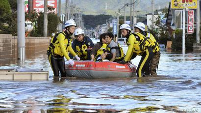 عمال الإنقاذ يستخدمون القوارب المطاطية لمساعدة العالقين في فياضانات الإعصار باليابان