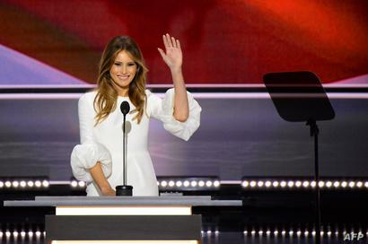 زوجة ترامب ميلانيا لحظة إلقاء الخطاب