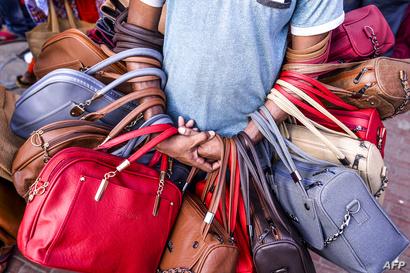 بائع حقائب في سوق ببنغلادش