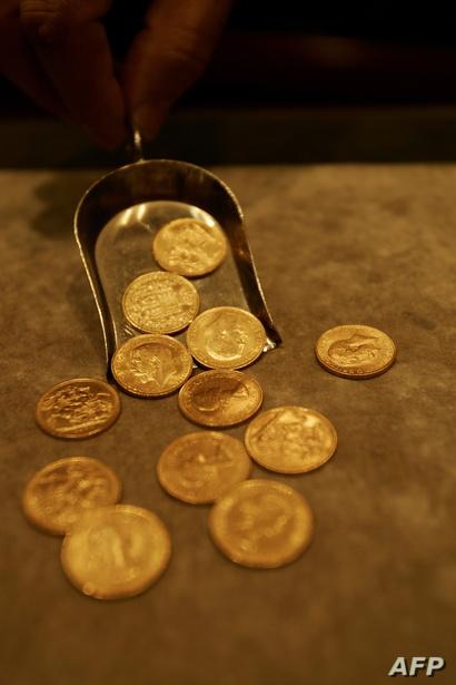 تاجر ذهب لبناني يعرض العملات الذهبية في متجر للمجوهرات في بيروت