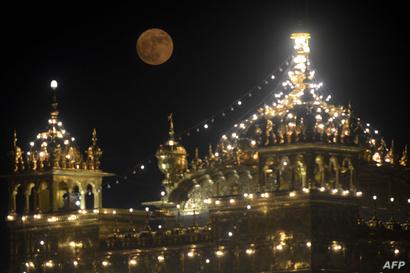 فوق المعبد الذهبي السيخي في أمريتسار شمال غرب الهند
