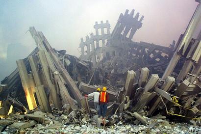 عنصران في فرق الإنقاذ يوم 11 أيلول/سبتمبر 2001