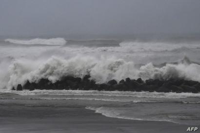 ارتفعت مستويات الموج على الشواطئ اليابانية بسبب الإعصار