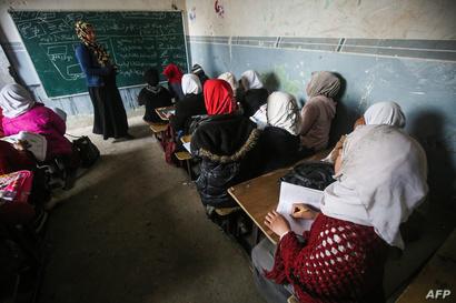 معلمة من الموصل تعطي درسا لطالبات في ظل انعدام أدنى متطلبات البيئة التعليمية الآمنة والجيدة