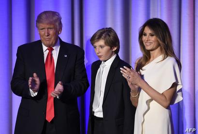 الرئيس المنتخب دونالد ترامب مع زوجته ميلانيا وابنهما بارون