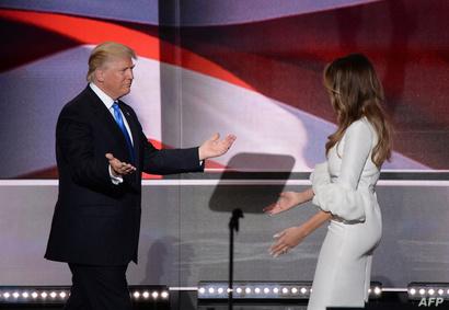 دونالد ترامب يستقبل زوجته على المنصة