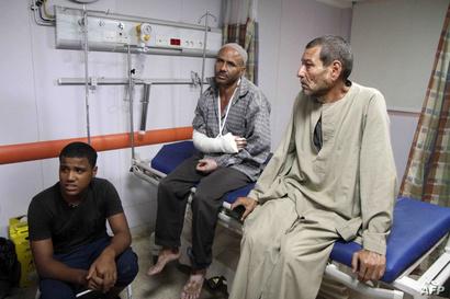 مصابون يتلقون العلاج جراء انقلاب عربات القطار