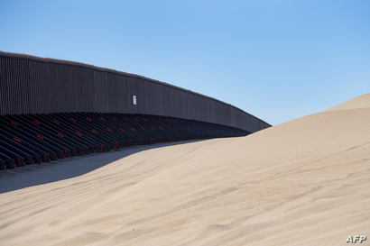 صورة حديثة للسياج في إحدى المناطق الصحراوية في ولاية كاليفورنيا