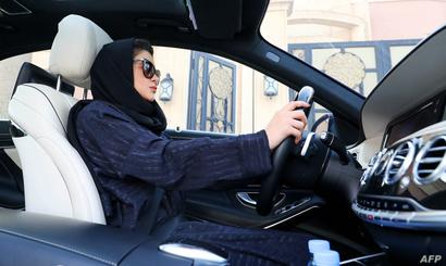 امرأة سعودية تتدرب على الفيادة في الرياض