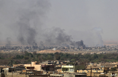 الدخان يتصاعد من مناطق في تلعفر خلال المعارك للقضاء على داعش