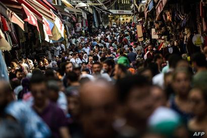 مشهد من أحد الشوارع المزدحمة في مدينة إسطنبول التركية