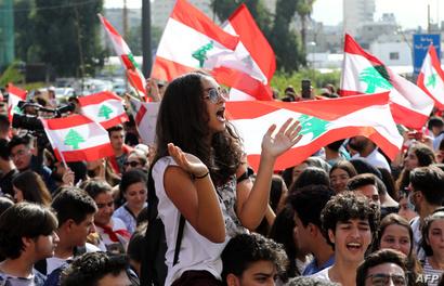 يشهد لبنان منذ 17 أكتوبر تحركاً شعبياً عابراً للطوائف تسبب بشلل في البلاد
