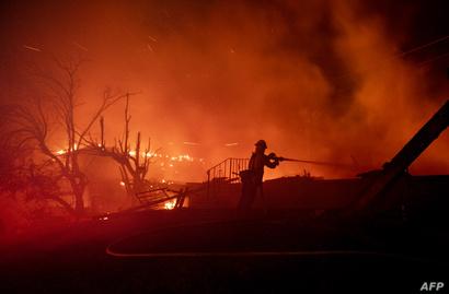 رجال الإطفاء يحاولون إخماد حريق هيلسايد في سان برناردينو