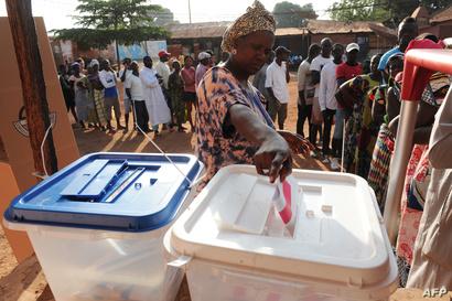 مواطنة غينيا تقترع في انتخابات نيسان/أبريل 2014