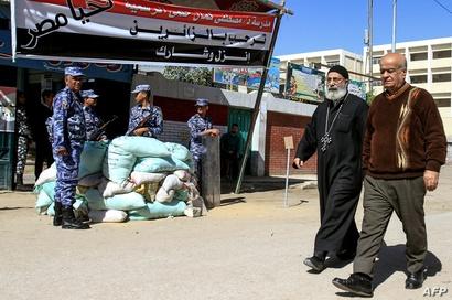 قس أمام مركز للاقتراع في الإسكندرية