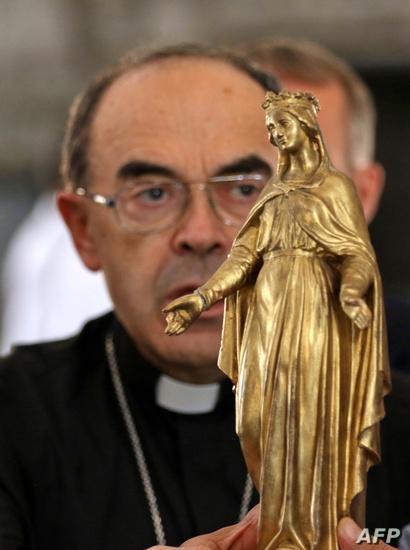 وضع تمثال للسيدة مريم العذراء