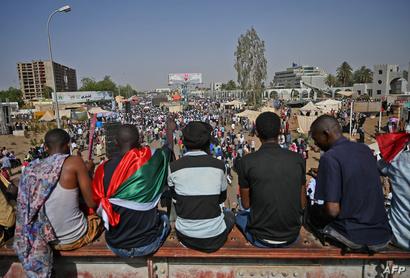 """جانب من """"المليونية"""" أمام القيادة العامة للجيش السوداني"""