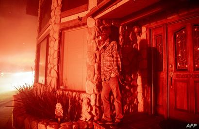 رجل يشاهد احتراق منازل جيرانه في سان برناردينو