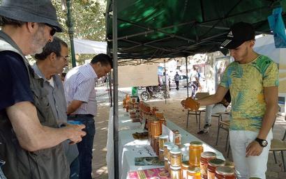إقبال على شراء العسل في معرض خاص بالبيع