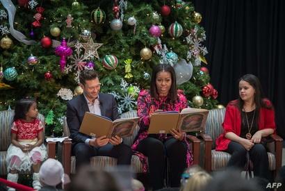اعتادت السيدة الأولى ميشيل أوباما أن تقرأ قصة أعياد الميلاد للأطفال كل سنة وكانت العام الماضي في واشنطن