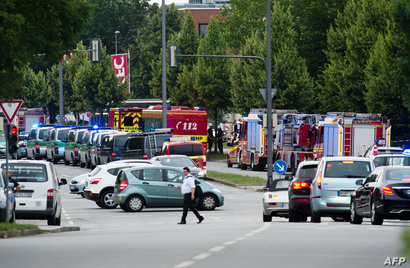 سيارات الشرطة الألمانية وآليات الإطفاء تصطف أمام المجمع التجاري الذي شهد إطلاق نار في مدينة ميونيخ
