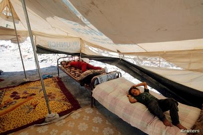 عائلة من الموصل اختارت الخيمة ملجأ لها بعد أن دمرت المعارك منزلها