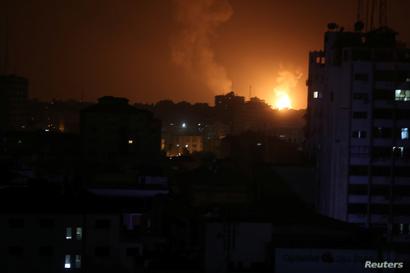 النيران تتصاعد بعد غارة إسرائيلية في قطاع غزة